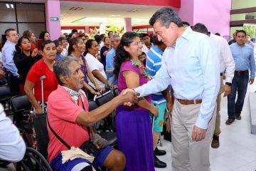 Entrega Rutilio Escandón prótesis a hombres y mujeres de 27 municipios de Chiapas