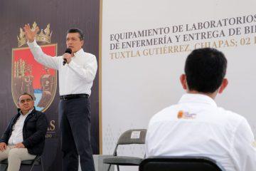 Entrega Rutilio Escandón computadoras y equipo para laboratorios de Enfermería al Cecyte Chiapas