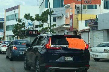 Con pequeño contingente de autos de lujo, protestan contra AMLO en Tuxtla
