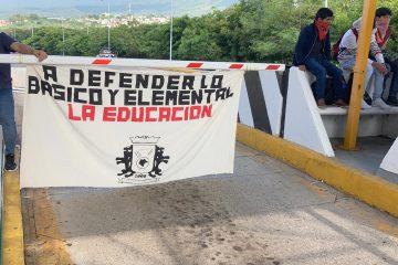 Normalistas de Larráizar toman caseta Tuxtla-SCLC