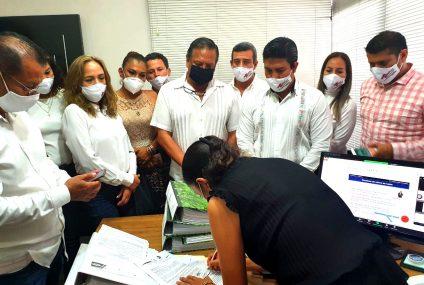 Rogelio López Vázquez entrega registro de planilla con miras a la dirigencia de la CMIC Chiapas