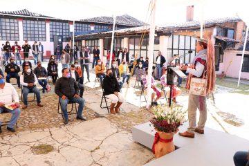 Entrega Rutilio Escandón apoyos tecnológicos a estudiantes de la región Altos Tsotsil-Tseltal