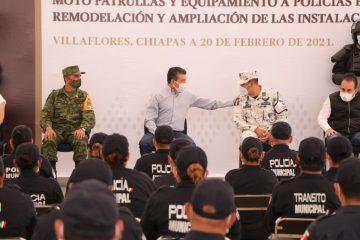 Entregan 30 motopatrullas, uniformes y equipamiento a policías de Villaflores