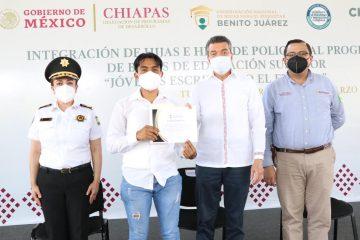 """En Chiapas, se beneficia a hijas e hijos de policías con becas """"Jóvenes Escribiendo el Futuro"""""""