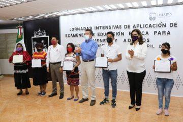 Chiapas combate analfabetismo en jóvenes y población adulta