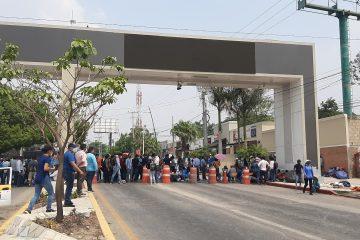 Cumple la CNTE amenaza y bloquean puntos carreteros