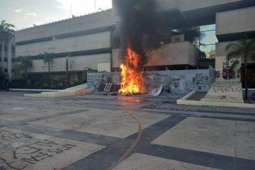 Normalistas vuelven a vandalizar Palacio de Gobierno