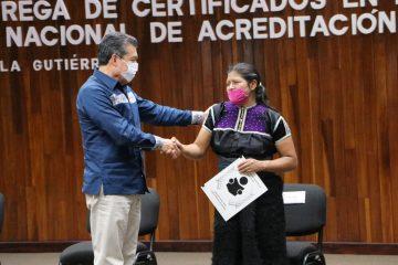 Jóvenes y adultos de Chiapas reciben certificados de primaria y secundaria