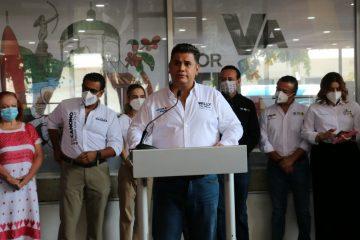 Firma Willy Ochoa pacto por la infancia de Tuxtla