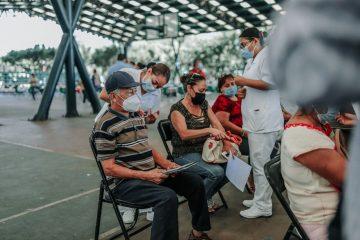 Jóvenes que lleven a dos adultos a recibir la vacuna también recibirán el bilógico